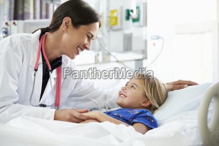 joven hablando con la doctora en