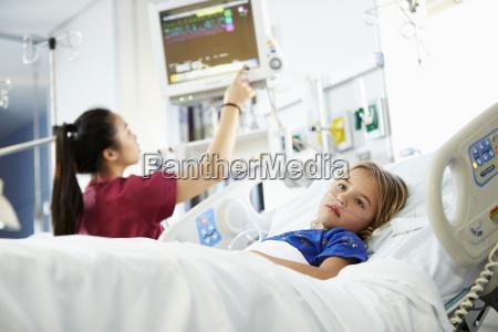 chica joven con enfermera en la