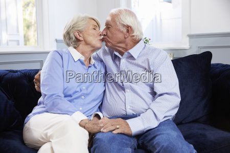 carinyoso mayor pareja sentado sofa hogar