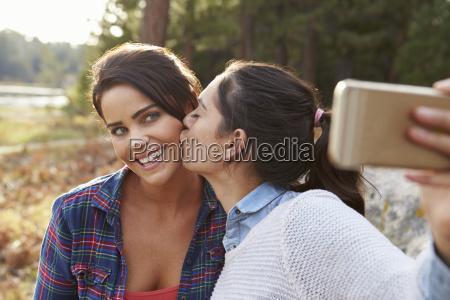 pareja lesbiana en el campo beso