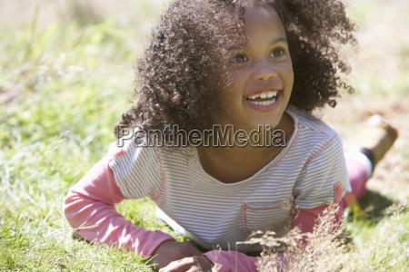 chica, acostada, en, la, hierba, en - 19408824
