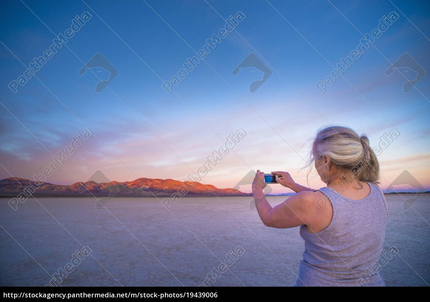 mujer, que, toma, la, fotografía, del - 19439006