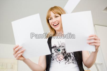mujer oficina risilla sonrisas ver posicion