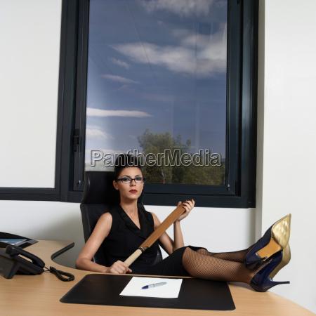 mujer peligro escritorio riesgo retrato francia