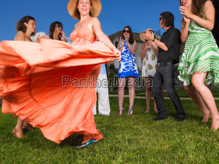 mujer falda movimiento en movimiento risilla