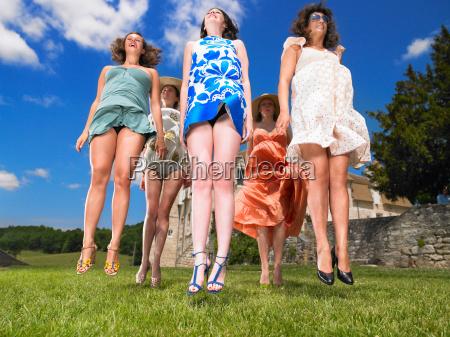 grupo de mujeres saltando