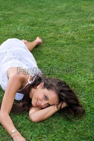mujer risilla sonrisas relajacion femenino retrato