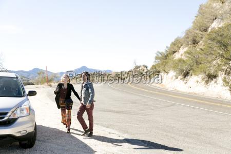 pareja joven en coche en carretera