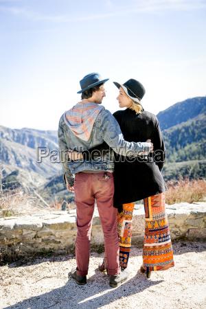 mujer amistad femenino masculino sombrero atraccion