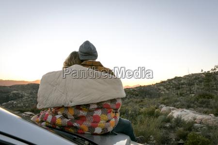 vista trasera de la pareja joven