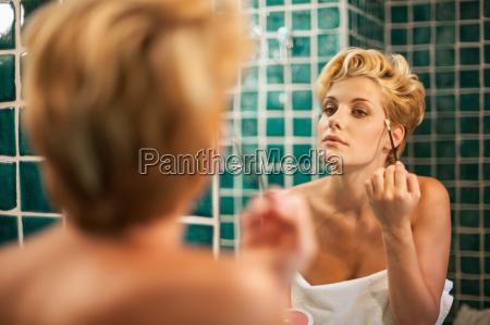 mujer, aplicando, maquillaje, en, el, baño - 19494496