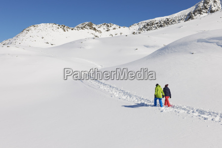pareja, caminando, en, nieve, kuhtai, austria - 19512944