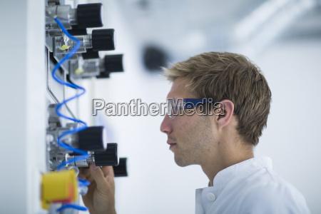 cientifico macho haciendo ajuste de panel