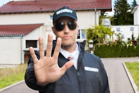 seguridad guard haciendo stop sign