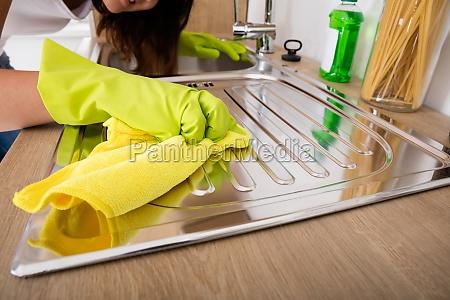 mujer acero cocina sucio fregadero limpio