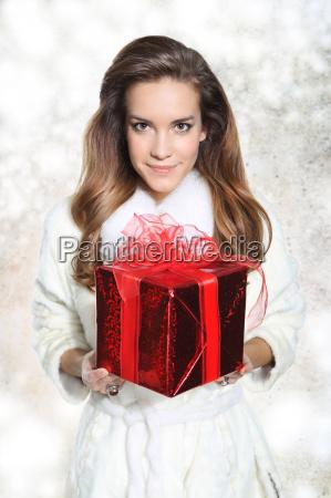 hermosa mujer elegante con el regalo