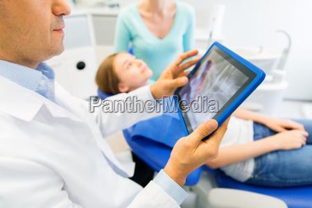 dentista con rayos x en tablet