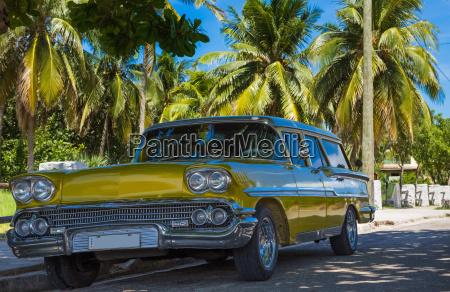 parque de coches vintage amarillo dorado