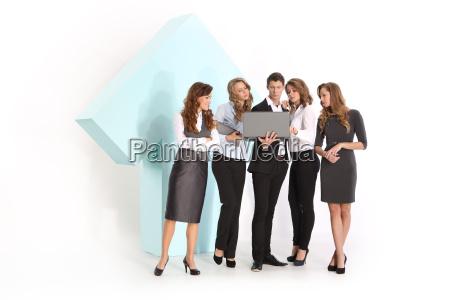 grupo de trabajadores jovenes bajo un
