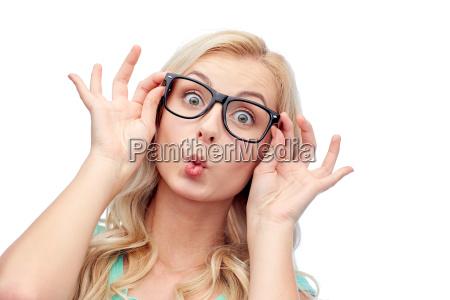 mujer joven feliz en gafas haciendo