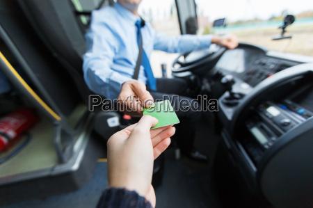conductor de autobus que toma boleto