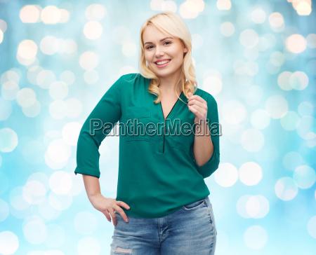 mujer sonriente joven en camisa y