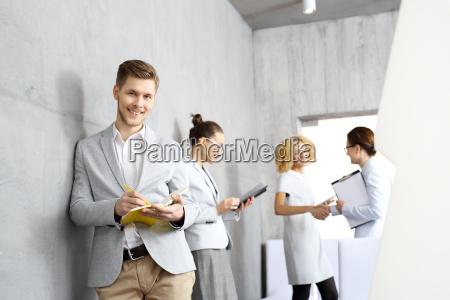 reunion de negocios un hombre joven
