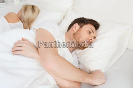 hombre joven que sufre de insomnio
