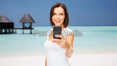 foto de mujer feliz tomando telefono
