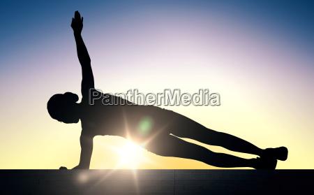 mujer haciendo ejercicio de tablon en