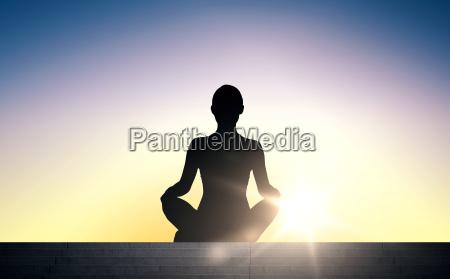 mujer meditando en yoga lotus pose