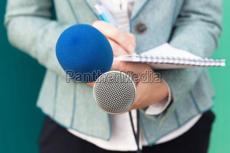 periodista en el evento mediatico conferencia