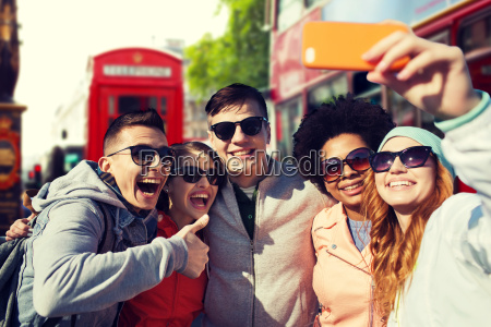 amigos sonriendo tomando selfie con el