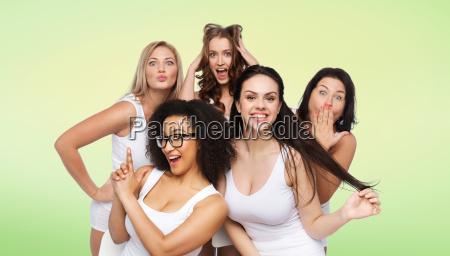grupo de mujeres felices en ropa