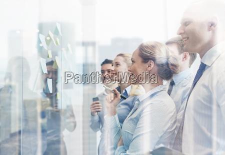 gente de negocios sonriente con rotuladores