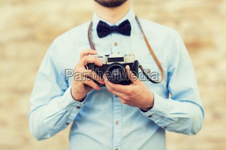 cerca de hombre hipster con camara