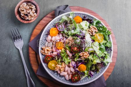 ensalada mixta con frijoles y semillas