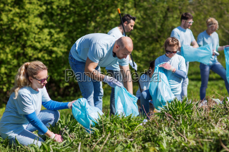 voluntarios con bolsas de basura limpieza