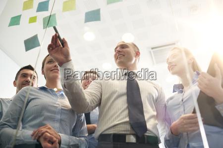gente de negocios sonriente con marcador