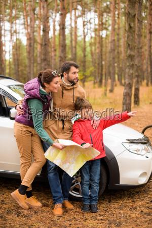 familia, con, mapa, cerca, del, coche - 20116433