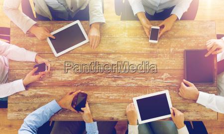 equipo de negocios con telefonos inteligentes