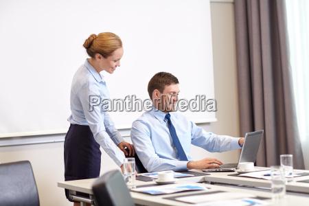 empresario y secretario con portatil en