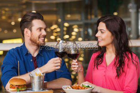 feliz pareja comedor y beber vino