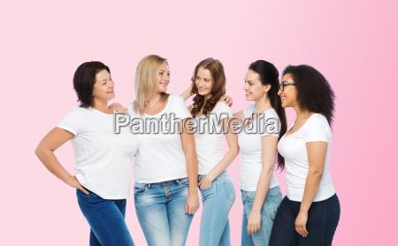 grupo de mujeres diferentes felices en