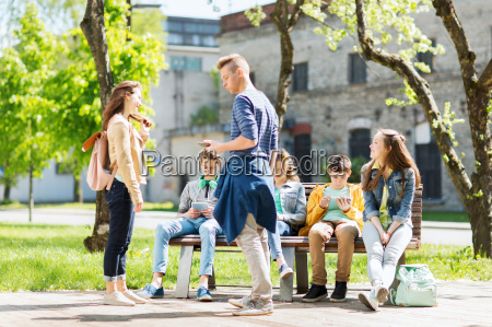 grupo de estudiantes adolescentes en el