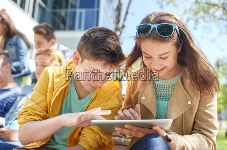 grupo de estudiantes con tablet pc