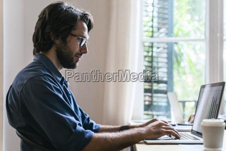 empresario sentado en la oficina trabajando