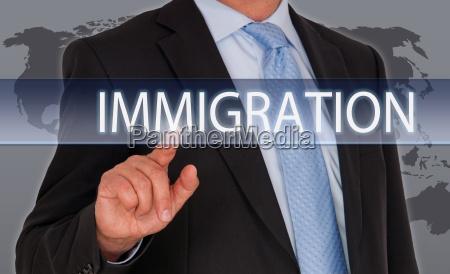 hombre con pantalla tactil de inmigracion