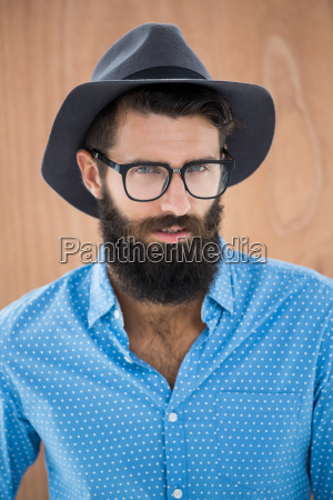hipster usando gafas y sombrero