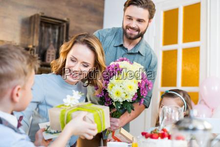 familia celebrando el dia de las